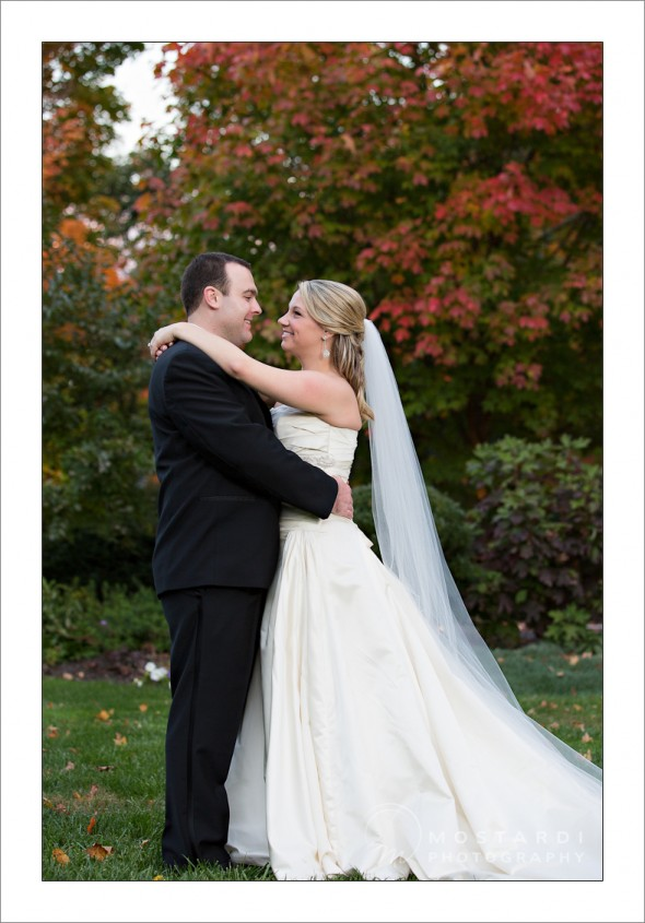 fall wedding pictures at merion tribute house